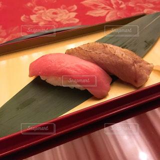 近くの木製のテーブルの上に食べ物をの写真・画像素材[1929728]