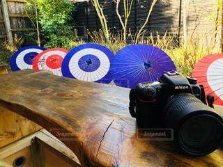 木製テーブルの上に座っている傘の写真・画像素材[1886746]