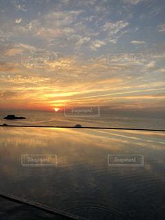 水の体に沈む夕日の写真・画像素材[1891743]