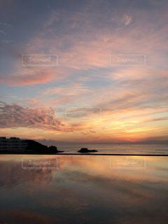水の体に沈む夕日の写真・画像素材[1891784]