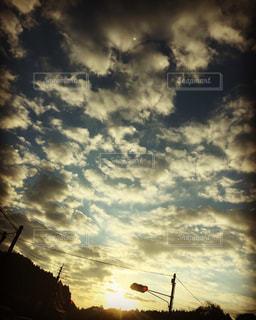空には雲のグループの写真・画像素材[1900483]