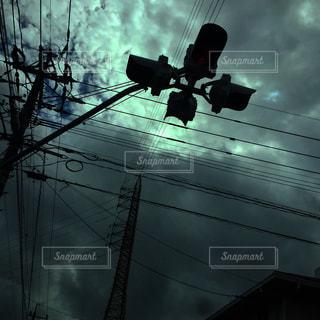 ワイヤーから掛かるトラフィック ライトの写真・画像素材[1900539]