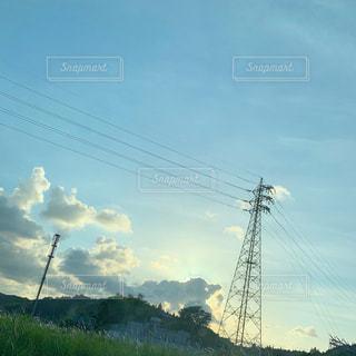 空を飛んでいる人の写真・画像素材[2138992]