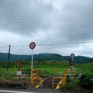 田舎の踏切の写真・画像素材[2177521]