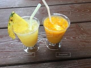 パイナップルジュースとオレンジジュースの写真・画像素材[3274789]