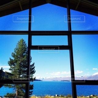 窓の前に広い水域を見るの写真・画像素材[3578974]