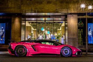 建物の脇に駐車している車の写真・画像素材[3645795]