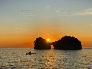 水の体に沈む夕日の写真・画像素材[4070414]