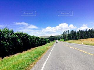 道路の脇に草のある空の道路の写真・画像素材[4408563]