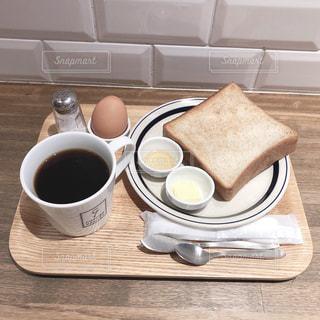 テーブルの上のコーヒー カップの写真・画像素材[1896372]