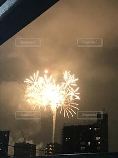 ベランダからの打ち上げ花火の写真・画像素材[1949212]
