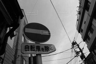 柱から白いテキストがぶら下がっている黒い看板の写真・画像素材[2421908]
