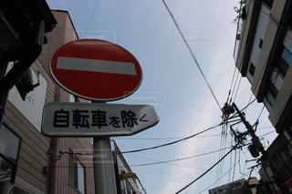 建物の側面にぶら下がる道路標識の写真・画像素材[2421924]