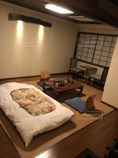 ベッドと部屋で机付きのベッドルームの写真・画像素材[759012]