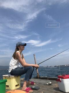 水のボートの上に座って人の写真・画像素材[1906367]