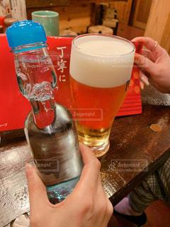 テーブルの上のビールのグラスの写真・画像素材[1920085]