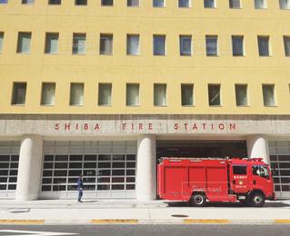 建物の前に駐車している消防トラックの写真・画像素材[1887129]