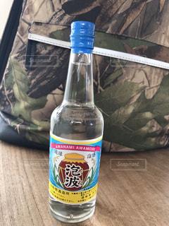 テーブルの上の泡波のボトルの写真・画像素材[2334567]