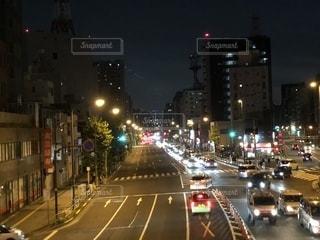 街の通りは夜のトラフィックでいっぱいの写真・画像素材[1915014]