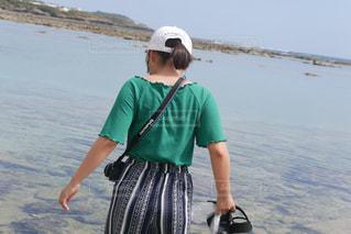 水域の隣に立っている男の写真・画像素材[2101067]