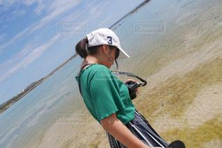 水域の隣に立っている若い少年の写真・画像素材[2101069]