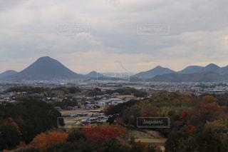 背景の大きな山のビューの写真・画像素材[1896923]