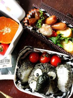テーブルの上に食べ物の種類でいっぱいのボックスの写真・画像素材[705237]