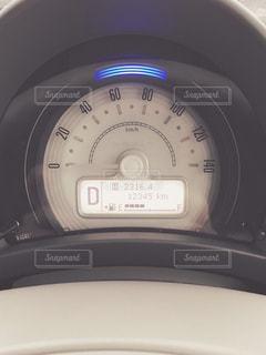 車の上に座っている時計の写真・画像素材[2418390]