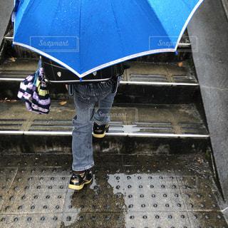 雨の日の登下校の写真・画像素材[2062428]