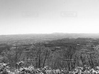 丘の中腹の白黒写真の写真・画像素材[2124066]