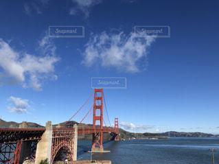 水の体の上の橋の写真・画像素材[1931117]
