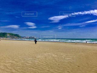 砂浜の上に立っている人の写真・画像素材[1934144]
