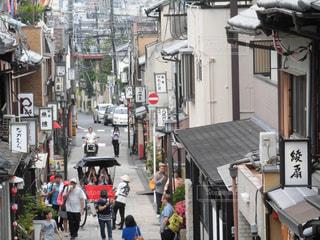 街の通りを歩いている人のグループの写真・画像素材[2084441]
