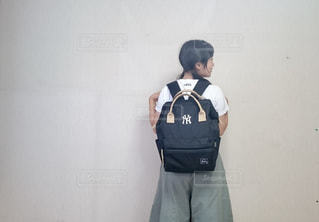 リュックを背負って立っている女の写真・画像素材[2084444]