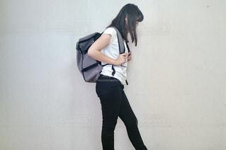 建物の前に立っている女性の写真・画像素材[2084445]