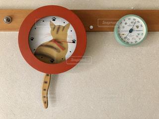 壁に掛かっている時計と湿度計の写真・画像素材[2096474]