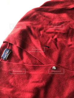 一対の脚が赤い毛布をかぶっているの写真・画像素材[2116921]