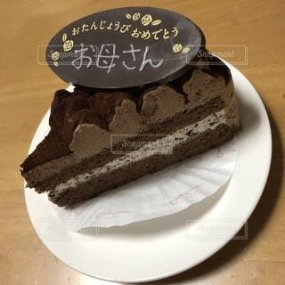 皿の上のチョコレートケーキの写真・画像素材[2215435]