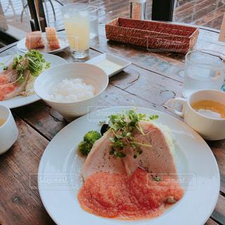 皿の上に食べ物の皿をトッピングしたテーブルの写真・画像素材[2217952]