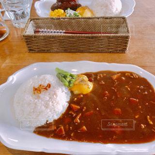 テーブルの上の食べ物の皿の写真・画像素材[2343944]