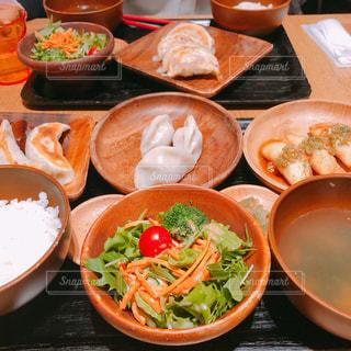 テーブルの上の食べ物のボウルの写真・画像素材[2343946]