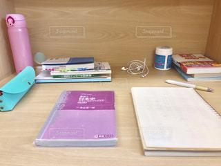 木製のテーブルの上に置かれた本の写真・画像素材[2368480]