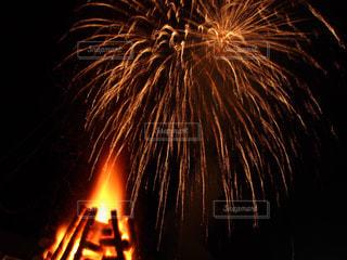 花火とキャンプファイヤーの写真・画像素材[1947008]