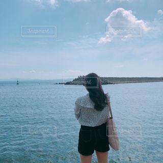 海を見ている女性の写真・画像素材[1896237]
