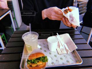 テラス席でハンバーガーの写真・画像素材[1911518]