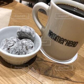 テーブルの上にコーヒーを一杯入れるの写真・画像素材[3079810]