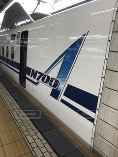 駅のホームに大きな長い列車の写真・画像素材[1939307]