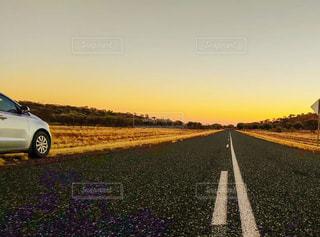 道路の脇に駐車した車の写真・画像素材[2108144]