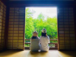 窓の前に座る人の写真・画像素材[2129208]