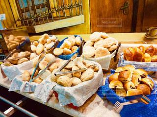 テーブルの上の食べ物のトレイの写真・画像素材[2344642]